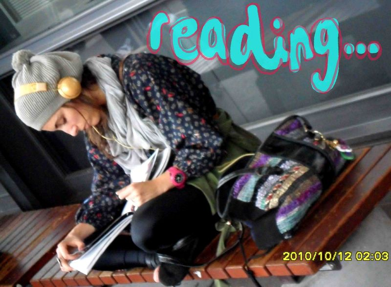 5.La Celia is reading and  listening.