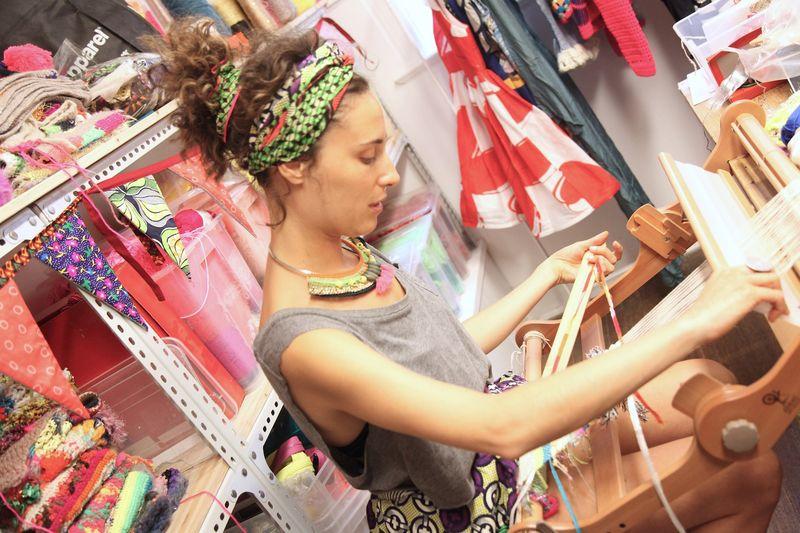 用传统编织机工作的Celia